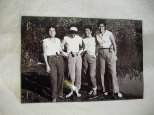 """Ragazze di Capena in riva al Lago Puzzo, da notare le note """"trasgressive""""...per l'epoca..pantaloni e sigarette!"""